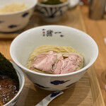 麺屋 猪一 離れ - 京の都もち豚ちゃーしゅー 追い鰹つけそば(黒醤油) 1,000円 (冷盛)