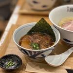 131220630 - 京の都もち豚ちゃーしゅー 追い鰹つけそば(黒醤油) 1,000円 (つけ汁温)