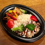 トプカプ - トプカプの日替わりが2種類楽しめる2色弁当が一番人気!