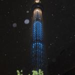 新杵 みちくさ餅 - 2012.5.22 光が雨に乱反射して、満天の星空をバックにしたような幻想的なスカイツリーの写真になっちゃった。本当は雨が降っている。