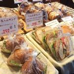 郷のパン工房 GLANz Mut そばの実カフェ - お店の陳列