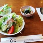 レストラン 蔵王 - カツカレーは¥1200だけあって副菜が3品もつきます。