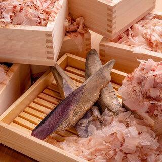 厚さ0.01㎜フワフワの『削りたて鰹節』が食べ放題!
