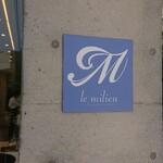 ル・ミリュウ - 階段右手、パティスリーの入り口