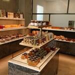 ル・ミリュウ - 1階内観。パンや焼き菓子やジャムなども販売