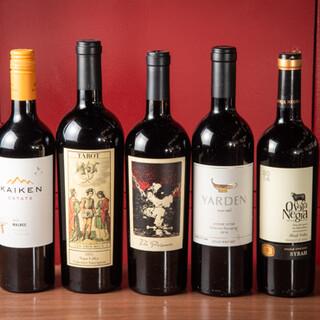 お肉にぴったりのワインが豊富。ボトル・グラス共にコスパ良し◎