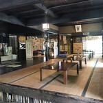 峠の茶屋 一軒家 - お座敷(左側が囲炉裏)