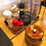 麺屋 たいそん - 卓上の調味料たち