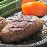 13129421 - 和牛100%のハンバーグは、肉汁がたっぷりです。