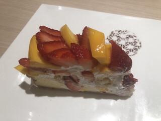 カフェ コムサ 上野松坂屋店 - イチゴとマンゴーのケーキ ¥880