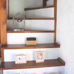カフェ・ルーラル - 店内に入ると正面に二階に上がる階段、その左を奥に入るとギャラリーでもある個室があります(二席)
