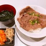 清香園 - 黒毛和牛肩ロース焼肉丼W