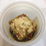 石鍋商店 - 久寿餅に黄名粉と黒蜜をかけたところ