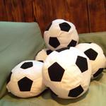 バズーカチャンネル - 店主のサッカー愛はクッションにも表われている