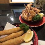 産直グルメ回転寿司 函太郎Tokyo - イカのげそ揚げ、子持ちししゃもフライ、各318円。揚げたての揚げ物は、食欲を増進させますね。されなくてもありますが(笑)。ししゃもがとても美味しかったです(╹◡╹)