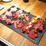 熟成和牛焼肉エイジング・ビーフ - 豪華な焼肉の盛り合わせ