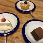 131357224 - 奥からモンブラン、手前右は石畳チョコレートケーキ、最後にショーケース 2020.04
