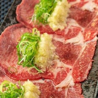 【鹿六名物特選ねぎタン塩】肉の旨みと白葱の風味が香る
