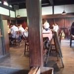 梅蔵 - 古民家の太い柱があり、、