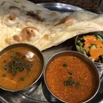 インドカレー&ナン ムンバイ - 料理写真:左がブラックペッパーチキン、右がキーマ