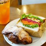 Crossroad bakery - クロワッサンダマンド (¥300税抜)、ベジタブルSW(¥420税抜)、アイスティー (¥380税抜)