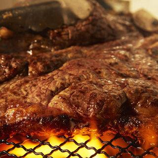 直火でじっくりと焼き上げた当店厳選の肉料理