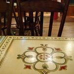 チャイ ティー カフェ - テーブルも椅子も洒落たこしらえなんですよ