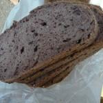山中屋製パン - 黒米と雑穀のパン 1/2 250円