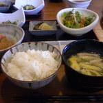 串揚げ朔屋 - ライスも味噌汁もお替り出来ます。