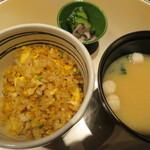 プレミアム 听 - ガーリックライスとお味噌汁、漬物