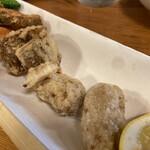 かもん亭 - ウツボの唐揚げの下には、ゴボウや里芋(海老芋だと思う…)?の唐揚げもありました。