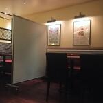 フジマル食堂 - テーブル間にはパーテーションを使用しております。