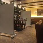 フジマル食堂 - 座席の間隔を約2m確保しています。