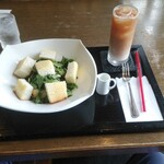 ヴェルデュール・カフェ - ほうれん草サラダ、アイスミルクティー
