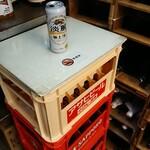 丸辰有澤商店 - やはりテーブルはビールケース、