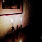 Dame-Jeanne - テーブルの薄暗さ