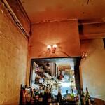 Dame-Jeanne - 薄暗さの中光り輝くキッチン