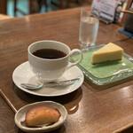 131458196 - トリココーヒー、サービスの松の実トルテ、チーズケーキ