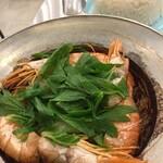 タイ屋台 999 - エビの春雨蒸し。たまり醤油のようなタレで煮た春雨(生の生姜スライスが沢山入ってます)をベースにセロリとエビと三つ葉のようなパクチーではない葉。エビは蒸すととてもやらかくなりますね!酢と唐辛子粉を時折混ぜながらが最高。