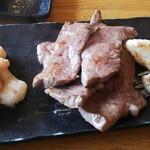 炭火焼 牛心 - 左から丸腸・ハツ・ホルモン