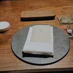 131472690 - テーブルにナプキン、本日のメニュー