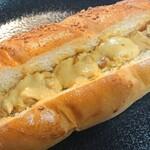 パン工房 歩度根 - ピーナッツクリームパン。ピーナッツ粒がゴロゴロ入ってました。