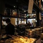 ライオン堂 - コの字型のカウンターの下には沢山の食材が、上には沢山のお酒が並んでいました。