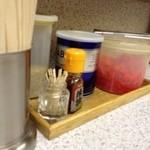 長浜ラーメン - テーブルの薬味たち