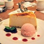 131488629 - ニューヨークスタイルチーズケーキ ストロベリーアイスクリーム添え