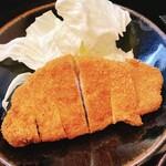 Tonkatsuyamamoto - キレイな「ろーすかつ」。             ざく切りのキャベツが添えられています。