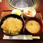 かどや - 牛カツ丼1200円 サラダ、お味噌汁、香の物