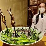 131514450 - 焼き鮎〜福井県の足羽川で獲れた鮎。小振りながら筋肉質な野性味溢れた天然鮎。備長炭で焼き上げ笹の葉を焼いて香り付けしたもの。笹の葉とは珍しい。