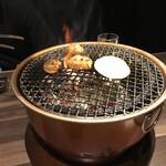 黒毛和牛焼肉と本格もつ鍋 山樹 - 焼肉の様子