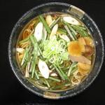 つけもの茶屋 - 自社生産の山菜のお漬物を入れた風味豊かな山菜そばです。